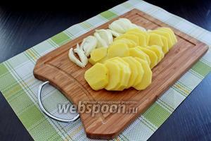Перейдём к начинке. Картофель промыть, обсушить и нарезать тоненькими кольцами, лук нарезать на полукольца.