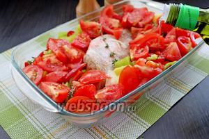 Распределить дольки помидор поверх сладкого перца, посолить и поперчить и полить сверху оставшимся оливковым маслом. Выпекать при 180°С минут 45 (проверяйте готовность картофеля, если сверху будет пригорать, то необходимо накрыть листом фольги).