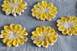 Таким же образом поступить со всеми остальными заготовками из теста и подготовить к выпечке «кокосовые цветочки». Выложить их на противень, застеленный бумагой, накрыть полотенцем и оставить на расстойку перед выпечкой на 30 минут.