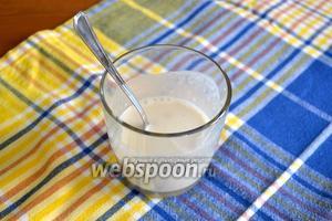 Дрожжи растворить в небольшом количестве тёплого кефира, добавить 1 ч. л. сахара и 1 ч. л. муки (от общего количества).