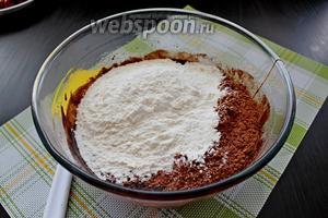 Добавляем просеянную муку с какао порошком и солью.