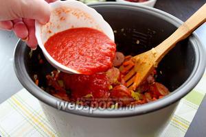 Вливаем томатное пюре и жарим ещё 2 минуты.