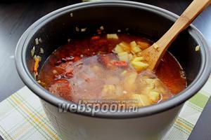 Установить режим «Суп» или «Тушение» на 1,5 часа. Ориентируйтесь по своим мультиваркам, проверяйте готовность супа по картофелю.