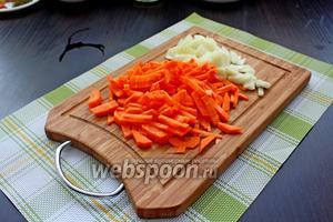 Лук нарезать на кубик, морковь тонкими брусочками.