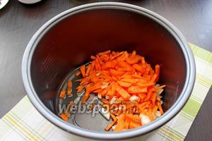 В чашу мультиварки налить масло, выложить лук с морковью. Установить режим «Жарка» на 20 минут и жарить лук с морковью 5 минут с открытой крышкой.