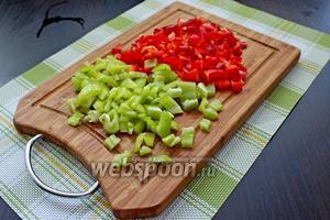 Тем временем сладкий перец (желательно разных цветов) очистить от семян и нарезать на небольшие кусочки.