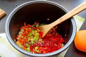 Добавить их к моркови с луком и жарить вместе ещё 3 минуты.