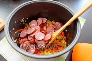 Добавим колбаску к овощам.