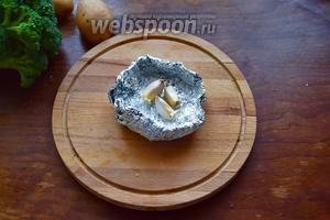 Чеснок запечатаем в фольгу и запечём в духовке при 180°С около 15 минут.