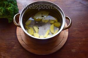 Картофель почистим, вымоем и нарежем произвольными ломтиками. Красота нам не нужна, так как суп в дальнейшем мы будем пюрировать. Зальём картофель 1,5 л воды, добавим лавровый листик и перец, и поставим на огонь.