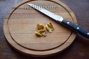 Запечённый чеснок раздавим ножом и добавим в суп.