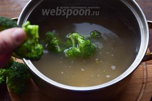 Соцветия брокколи также бросаем в суп, варим 3 минуты и снимаем с огня. Пюрируем суп погружным блендером, либо в блендерной ёмкости.