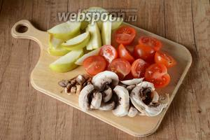Помидоры черри порезать на 2 половинки, шампиньоны порезать ломтиками, яблоко порезать дольками.