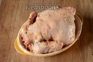 Обмазываем курицу сырным соусом.
