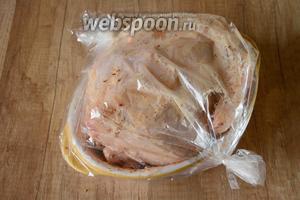 Убираем курицу в пакет для запекания. Ставим курицу в разогретую до 200°С духовку на 1 час 20 минут.  Время может меняться, ориентируйтесь на вашу духовку!