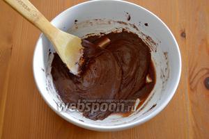 Соединить яичную смесь с шоколадом, добавить предварительно просеянные муку, какао-порошок и разрыхлитель. Добавить размягчённое масло и как следует всё перемешать. Тесто получается достаточно мягким.