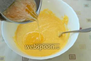 Растопить и остудить сливочное масло, влить его в творожную смесь и аккуратно перемешать.