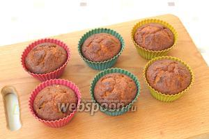 Разогреть духовку до 180°С и выпекать кексы 35-45 минут в зависимости от размера формочек. Готовность кексов проверить с помощью деревянной шпажки, она должна быть сухой. Кексы получаются мягкими и вкусными сами по себе, но по желанию к ним можно приготовить глазурь. Вы можете просто разогреть сливки и положить в них плитку шоколада, а затем размешать и покрыть кексы, а можете приготовить глазурь используя какао, как в рецепте  Шоколадно-свекольный пирог . Приятного аппетита!