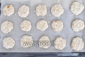 Лист застелить пекарской бумагой и сформировать небольшие печенья. Сверху я присыпала печенья овсяными хлопьями. Выпекать при 180°С 25-30 минут.