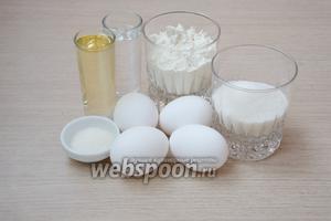 В первую очередь необходимо приготовить бисквит. Для этого понадобится мука, яйца, вода, растительное масло без запаха, сахар, разрыхлитель, щепотка соли и ванильный сахар.