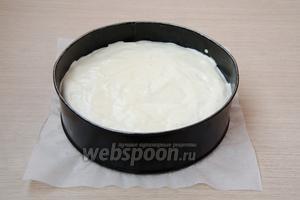 Дно формы для выпечки (у меня диаметром 20 см) застелить пергаментом. Вылить тесто в форму и отправить в духовку, разогретую до 170°С, на 40-45 минут. Готовность проверять с помощью сухой спички или деревянной шпажки.