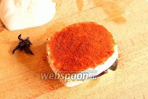 Базилик накрыть вторым ломтиком сыра. Обильно обсыпать этот ломтик молотой паприкой.
