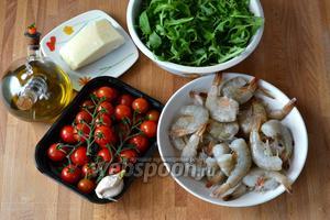 Ингредиенты для салата: тигровые креветки, помидорки черри, руккола, сыр Пармезан, чеснок, оливковое масло и бальзамический уксус.