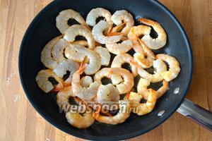 Выложите в масло креветки и обжарьте их по 2-3 минуты с каждой стороны, не больше, иначе они станут жёсткими!