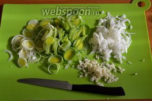 Репчатый лук, лук-порей мелко нарезать, чеснок измельчить.