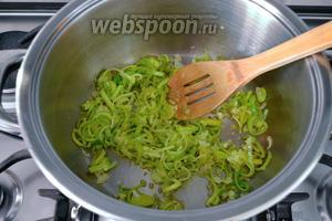 В кастрюле разогреть оливковое масло и пассеровать их минут 5-7.