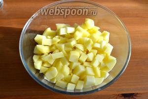 Картофель предварительно очистить и нарезать небольшими кубиками.