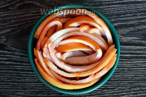 Далее кладём грейпфрут в тарелку с водой на сутки или двое, чтобы ушла горечь. Периодически меняем воду.