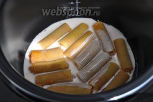 Чашу мультиварки смажем маслом, выложим пасту и зальём нашим соусом, почти до верха. Включим мультиварку в «режим печь» выберем температуру 110°С и время 30 минут.