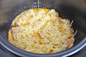 За 10 минут до окончания приготовления посыпаем пасту тёртым сыром и продолжим приготовление.