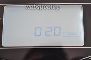 Готовить будем в мультиварке PHILIPS HD3197. Включим мультиварку в режим «жарить» на 20 минут. Если ваш прибор имеет меньшую мощность и жарит плохо, используйте для жарки режим «печь».
