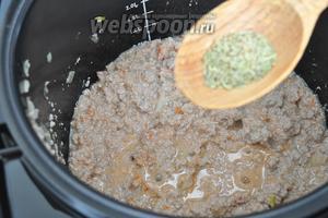 Добавим соль, перец, розмарин и измельчённые томаты в собственном соку. Будем готовить до окончания программы.