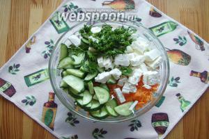 И нарезанный сыр Фета, а также рубленную свежую зелень.
