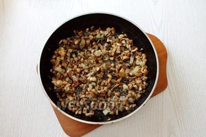 Обжариваем мелко порезанные грибы и лук на масле до готовности, солим и перчим по вкусу.