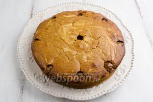 Выложить на блюдо. Разрезать на порции. Полить куски кекса оставшейся карамелью.