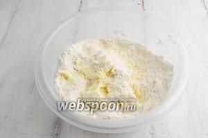 В сухую смесь добавить мягкое масло. Растереть его с мукой и сахаром.
