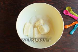 Взбить масло, сыр, сахар, молоко, воду (тёплую!), яйца, ваниль.