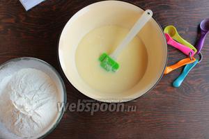 Муку просеять с дрожжами и солью на жидкие составляющие.