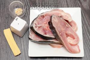 Для приготовления зеркального карпа, запечённого с сыром и кунжутом, вам понадобится соль, сыр, кунжут и зеркальный карп (уже разделанный и нарезанный кусочками).