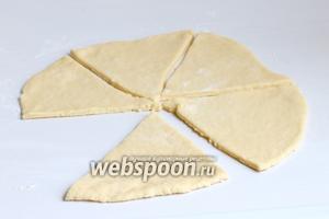 Тесто делим на 2 части. Каждую часть раскатываем в круг диаметром 24 см. Разрезаем его на 6 частей.