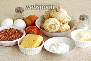 Для приготовления запеканки нужно взять гречневую крупу, крутой кипяток, свежие шампиньоны, сметану, куриные яйца, репчатый лук, твёрдый сыр, сливочное масло, чёрный молотый перец и соль.