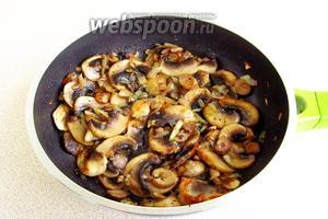В сковороду с разогретым сливочным маслом выложить грибы и лук. Обжаривать в течение 10–15 минут, в конце обжаривания поперчить и посолить.