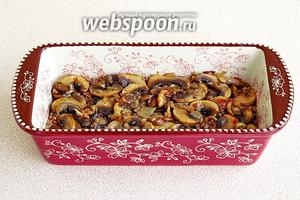 Поверх гречки равномерно выложить грибы с луком.