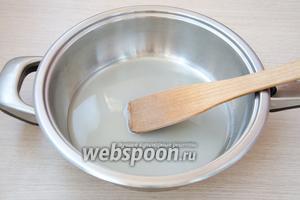 В сотейник или глубокую сковороду высыпать 120 грамм сахара и залить его водой.