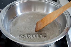 Поставить сковороду на средний огонь и довести до кипения.