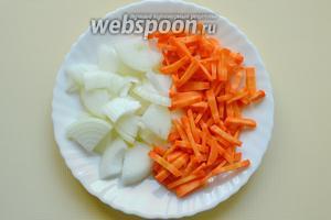 Пока курица насыщается ароматами пряных специй, порежем лук четвертинками колец, морковь ровными брусочками.